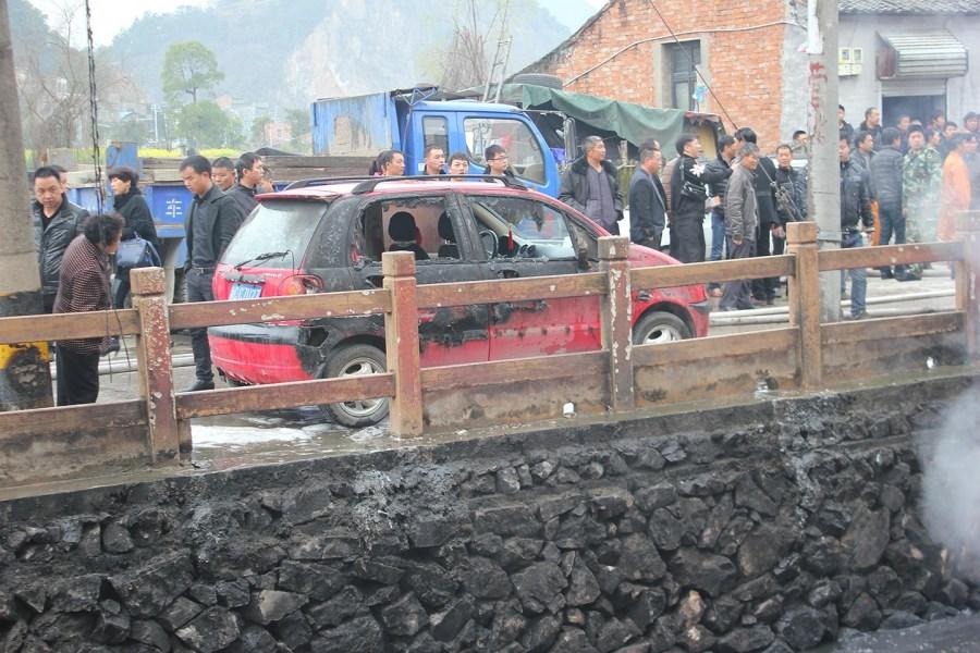 温州一河面突发大火 路边轿车惨遭烧焦